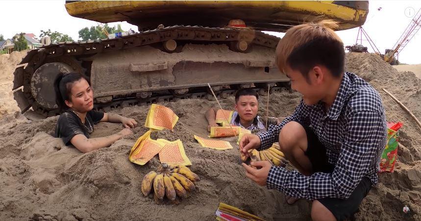 Câu view đắp mộ thắp hương cho các em, con trai bà Tân Vlog bị chỉ trích nghịch dại-4
