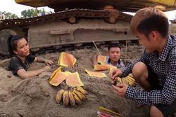 Câu view đắp mộ thắp hương cho các em, con trai bà Tân Vlog bị chỉ trích nghịch dại