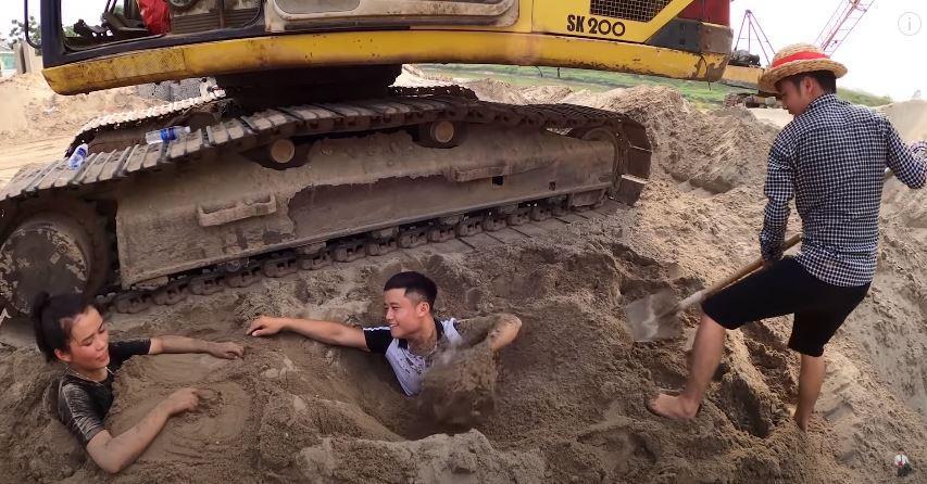 Câu view đắp mộ thắp hương cho các em, con trai bà Tân Vlog bị chỉ trích nghịch dại-3