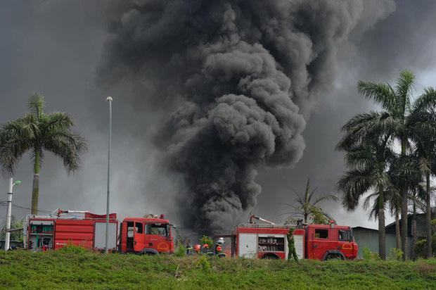 Có hiện tượng rò rỉ hóa chất trong vụ cháy kho xưởng sơn ở Long Biên-1