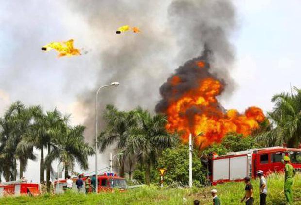 Có hiện tượng rò rỉ hóa chất trong vụ cháy kho xưởng sơn ở Long Biên-2