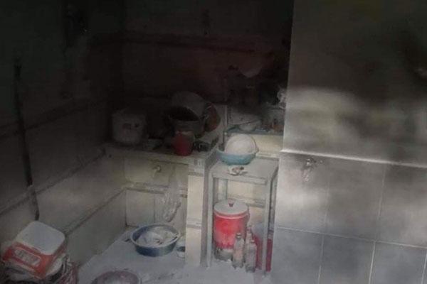 TP.HCM: Vợ ghen tuông tạt xăng đốt nhà khiến chồng và con gái bị bỏng nặng-2