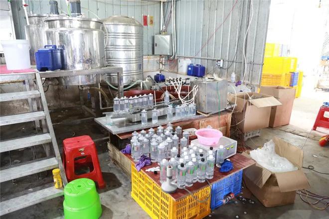 Trung Quốc triệt phá cơ sở sản xuất mỹ phẩm giả quy mô lớn, trong đó có loại serum đình đám bán tràn lan ở Việt Nam chỉ 30k-4