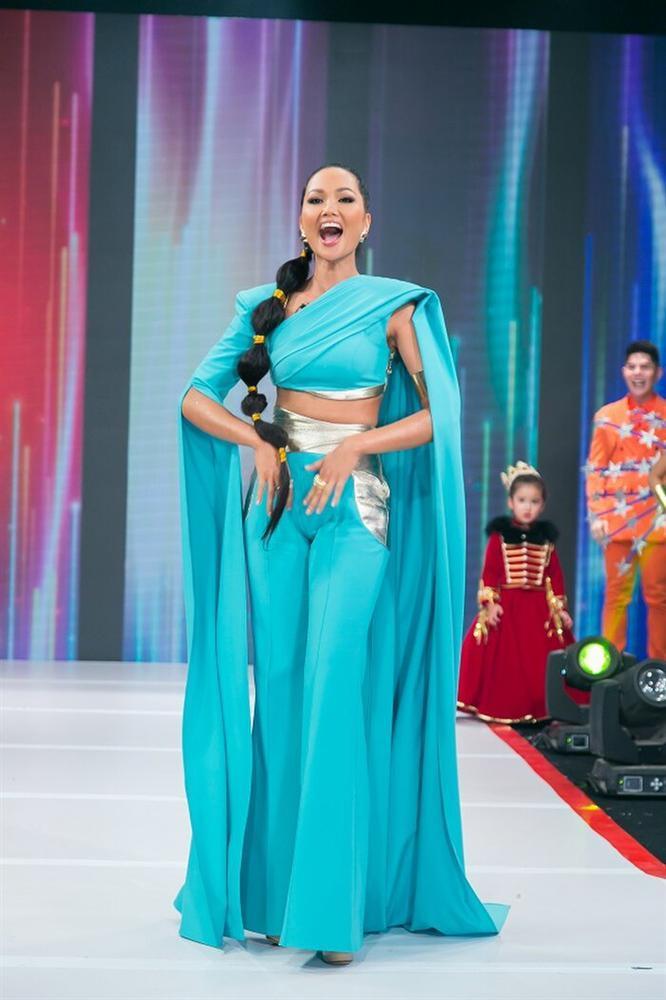 Hóa trang thành công chúa Disney, HHen Niê mất điểm vì quần chật hằn nơi nhạy cảm-2