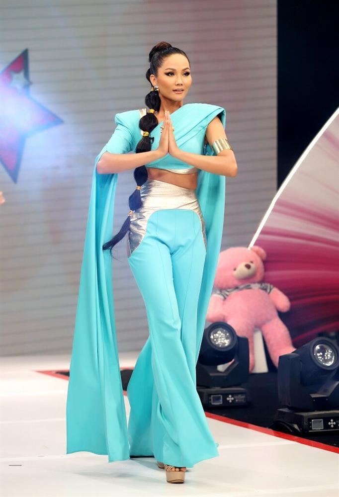 Hóa trang thành công chúa Disney, HHen Niê mất điểm vì quần chật hằn nơi nhạy cảm-3