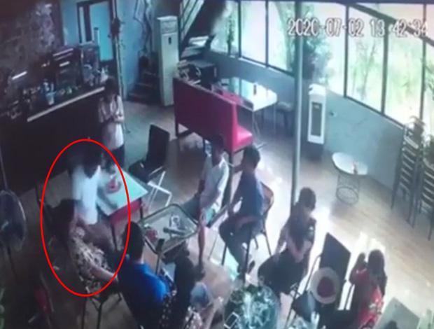 Clip: Cầm dao đâm bạn tử vong trong quán cafe đông người tại Hà Nội-1