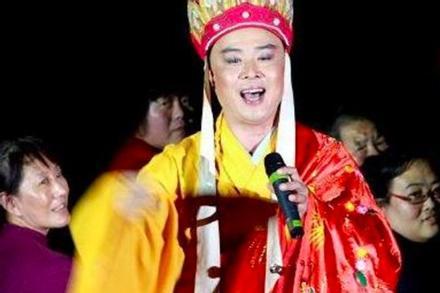 'Đường Tăng đẹp nhất Trung Quốc' mặc áo cà sa đi hát ở hội chợ bình dân