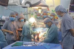 Vụ bé trai 9 tuổi nghi bị mẹ ruột dùng kéo đâm thủng tim: Bé đã tỉnh, tiếp xúc tốt và đang tập cai máy thở