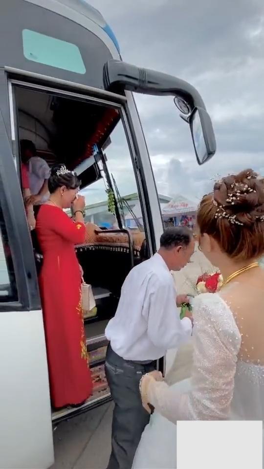 Lấy chồng xa, cô dâu ôm mẹ khóc nức nở khiến bao người xúc động-4