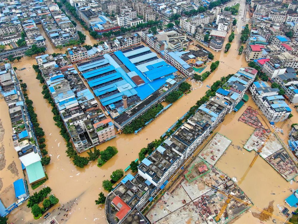 Những hình ảnh đáng sợ về cơn đại hồng thủy miền Nam Trung Quốc gây ra bởi những cơn mưa dai dẳng kéo dài hơn 30 ngày-16