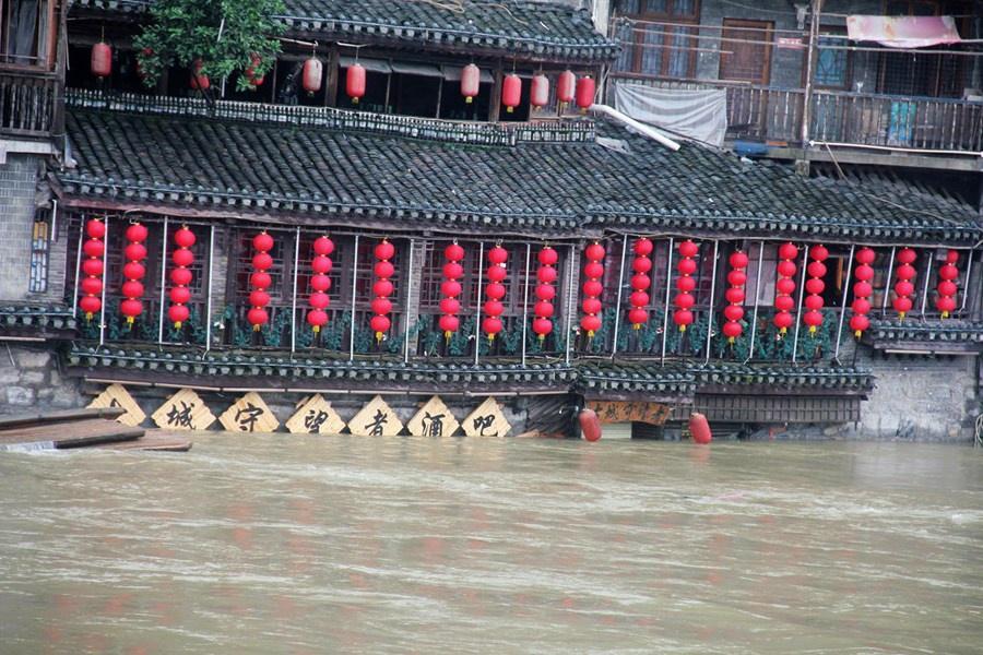 Những hình ảnh đáng sợ về cơn đại hồng thủy miền Nam Trung Quốc gây ra bởi những cơn mưa dai dẳng kéo dài hơn 30 ngày-5