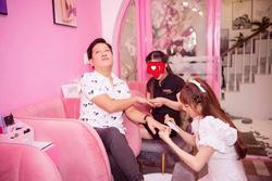 Nhã Phương phát 'cẩu lương' cho fan với khoảnh khắc làm đẹp cho Trường Giang