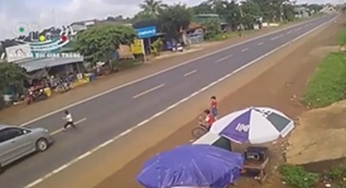Clip: Bé trai bất ngờ lao qua đường đúng lúc ô tô lao tới, khoảnh khắc sau đó khiến người xem rụng rời tay chân-3
