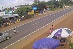 Clip: Bé trai bất ngờ lao qua đường đúng lúc ô tô lao tới, khoảnh khắc sau đó khiến người xem 'rụng rời tay chân'