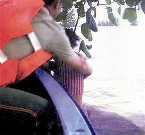 Cuộc sống sau 22 năm của cô bé 7 tuổi kiên cường ôm thân cây suốt 9 tiếng giữa trận đại hồng thủy năm 1998-2