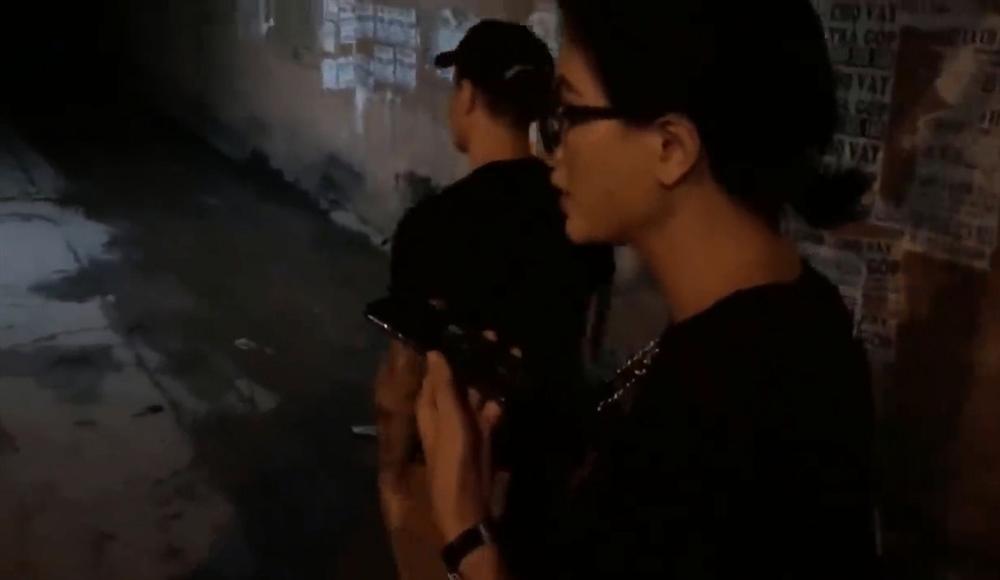Nửa đêm hiu hắt, Trang Trần điều quân đổ bộ Biên Hòa đánh anti-fan trung niên-4