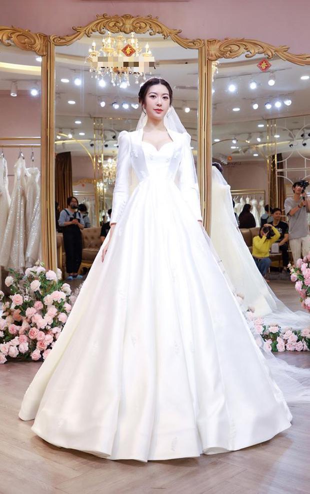 Thuý Vân chính thức hé lộ váy cưới: Lộng lẫy, gợi cảm thế này đích thực là cô dâu được mong chờ nhất tháng 7 rồi!-1