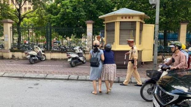 Hà Nội: Xác minh thông tin CSGT kéo ngã hai người phụ nữ đi xe máy-1
