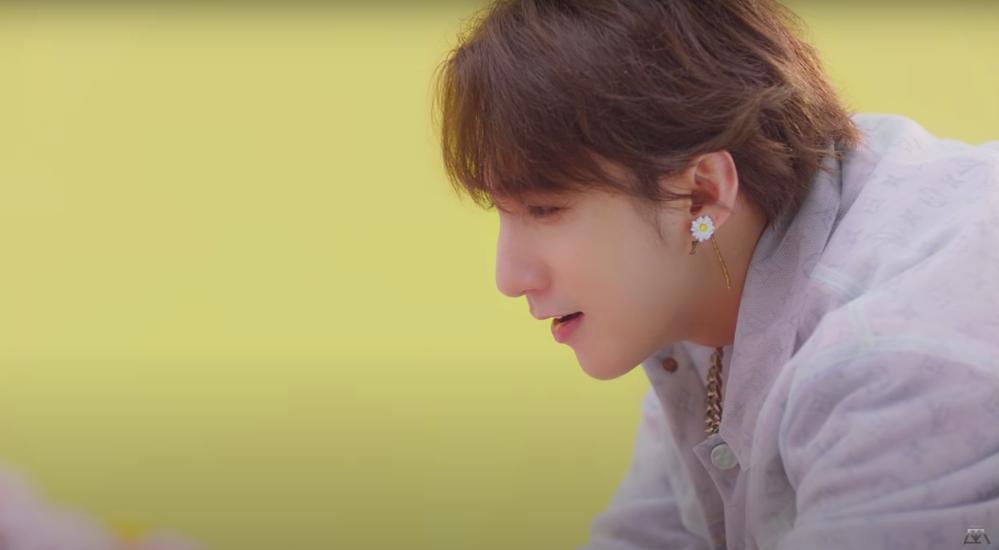 Sơn Tùng gây tranh cãi vì sử dụng biểu tượng hoa cúc như G-Dragon-3