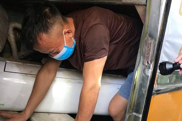 3 người chui gầm xe khi nhập cảnh để trốn cách ly-1