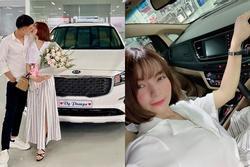 Phải hoãn cưới vì bố mẹ  vợ mắc kẹt ở Mỹ, Mạc Văn Khoa đành tậu ô tô tặng bạn gái xinh đẹp