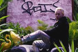 Rapper Binz đi giày vàng, đeo đồng hồ 17.000 USD trong MV 'Bigcityboi'