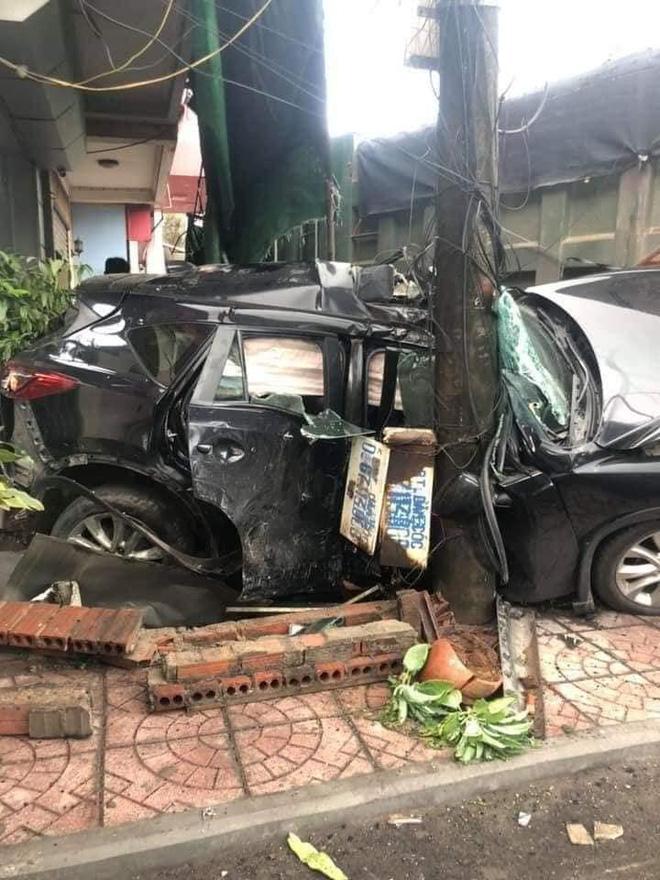 Clip: Vượt ẩu, ô tô con bị xe ben húc vào nhà dân ven đường, nát bét-3