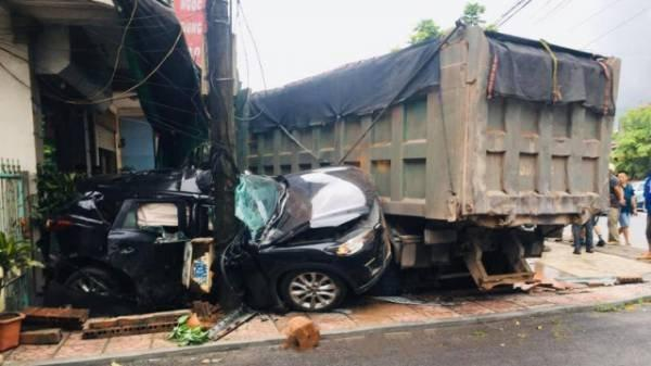 Clip: Vượt ẩu, ô tô con bị xe ben húc vào nhà dân ven đường, nát bét-2