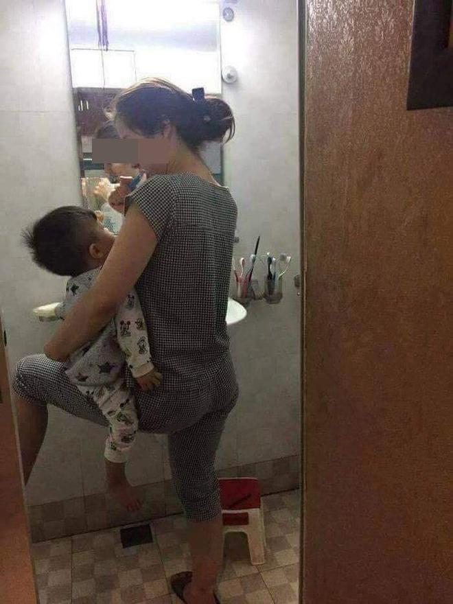 Kiên quyết ngó vào toilet theo dõi mẹ, bức ảnh 3 nhóc tì 3 biểu cảm gây bão MXH-7
