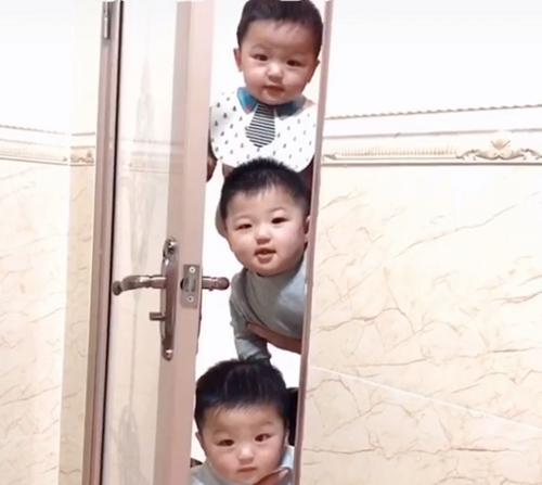 Kiên quyết ngó vào toilet theo dõi mẹ, bức ảnh 3 nhóc tì 3 biểu cảm gây bão MXH-1