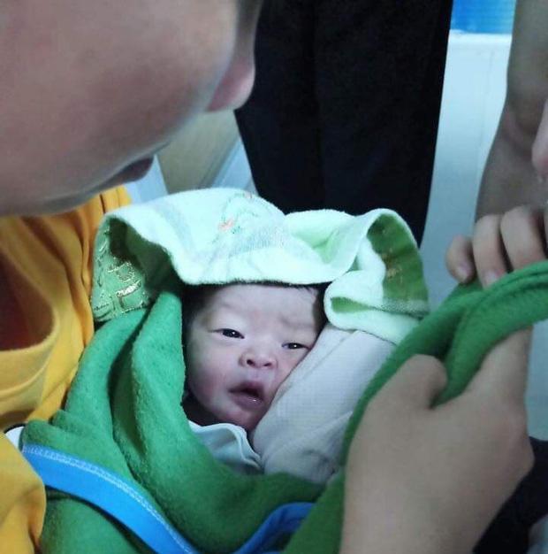 Bé sơ sinh còn nguyên dây rốn bị bỏ rơi trên ghế đá ở TP.HCM-2