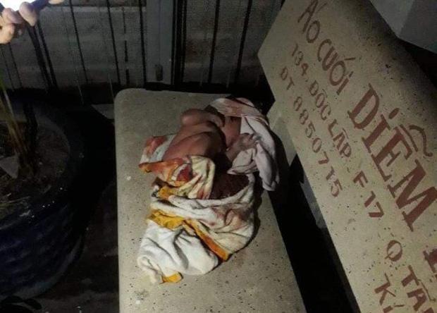 Bé sơ sinh còn nguyên dây rốn bị bỏ rơi trên ghế đá ở TP.HCM-1