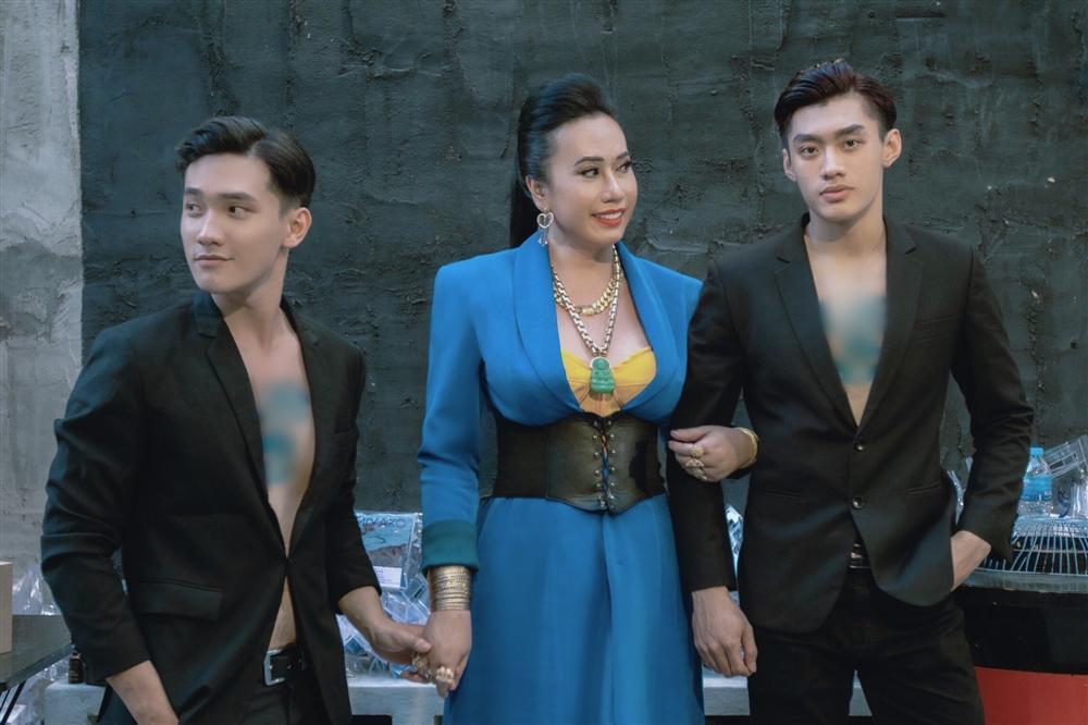 Cô Minh Hiếu rũ bỏ sến súa, mặc corset đi đường quyền bên dàn mỹ nam lực lưỡng-7