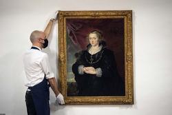 Bức họa 'Chân dung một quý bà' bất ngờ tăng giá trị 45 lần?