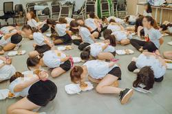 Hơn chục cô gái trói quặt tay, nằm bò ra sàn ăn cơm gây tranh cãi dữ dội MXH