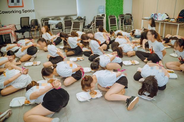Hơn chục cô gái trói quặt tay, nằm bò ra sàn ăn cơm gây tranh cãi dữ dội MXH-1