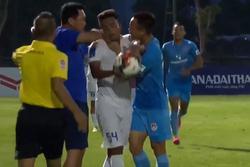 Hình ảnh gây sốc ở giải Hạng Nhất Quốc gia: HLV lao đến dí cùi chỏ, cầu thủ hùa vào bóp cổ đối phương