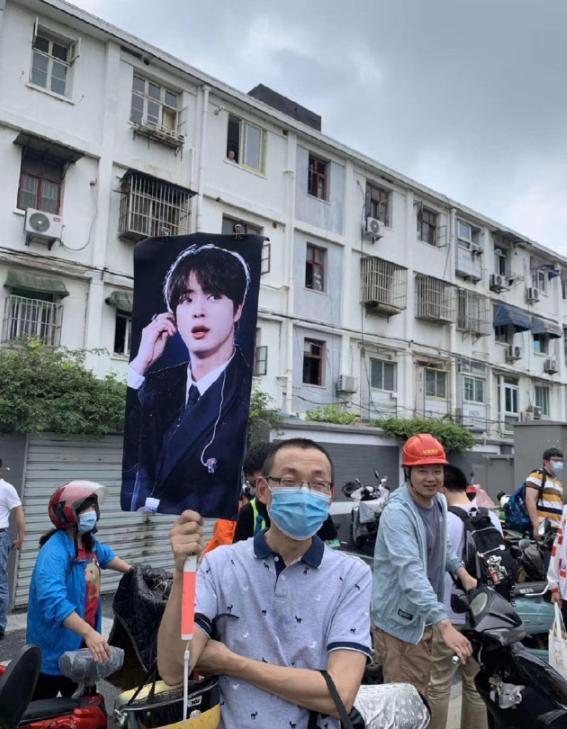 Giữa biển người, phụ huynh mang ảnh idol Kpop để tìm con đi thi đại học-1