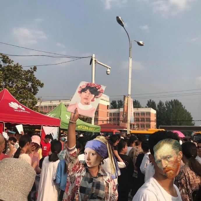Giữa biển người, phụ huynh mang ảnh idol Kpop để tìm con đi thi đại học-2