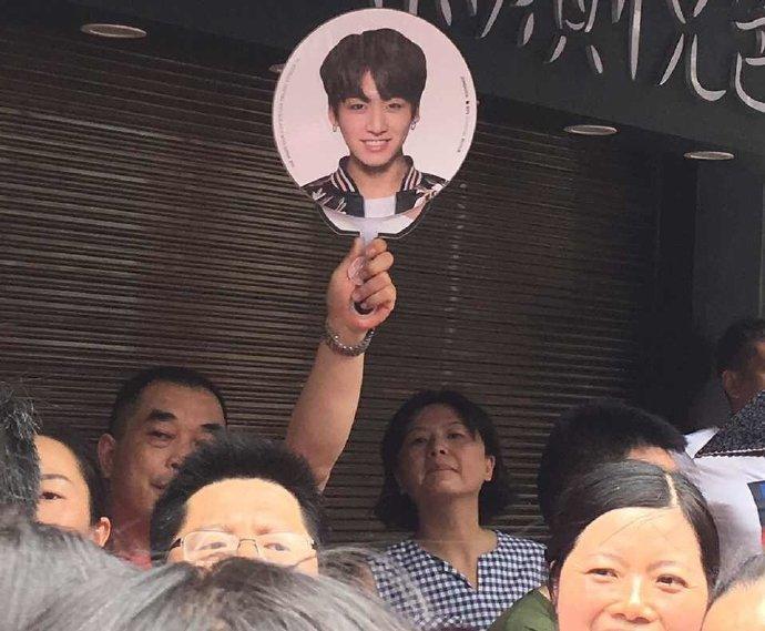 Giữa biển người, phụ huynh mang ảnh idol Kpop để tìm con đi thi đại học-4