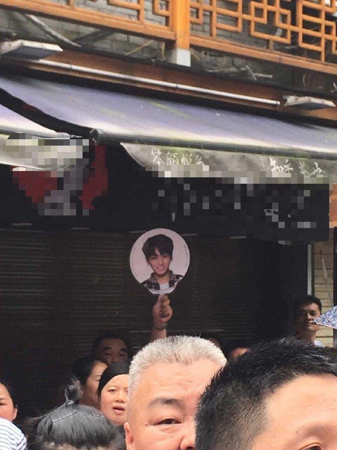 Giữa biển người, phụ huynh mang ảnh idol Kpop để tìm con đi thi đại học-3