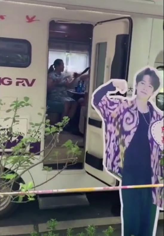 Giữa biển người, phụ huynh mang ảnh idol Kpop để tìm con đi thi đại học-5