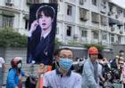 Giữa biển người, phụ huynh mang ảnh idol Kpop để tìm con đi thi đại học