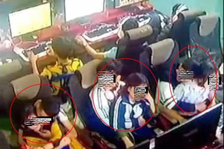 Nhóm học sinh rủ nhau kê bàn ghế nằm ôm ấp như ở nhà nghỉ, nhìn mà sốc-3