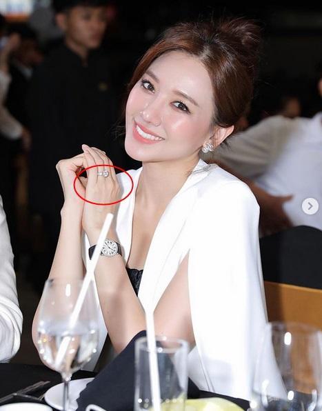 Sau Lệ Quyên đến lượt Hari Won chăm tạo dáng khoe nhẫn kim cương chồng tặng-3