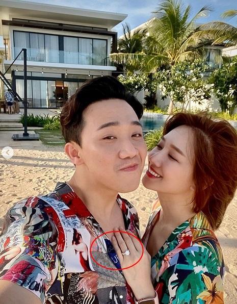 Sau Lệ Quyên đến lượt Hari Won chăm tạo dáng khoe nhẫn kim cương chồng tặng-5