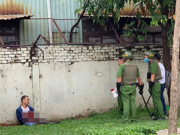 Người đàn ông ở Sài Gòn bất ngờ dùng dao tự đâm vào bụng-1