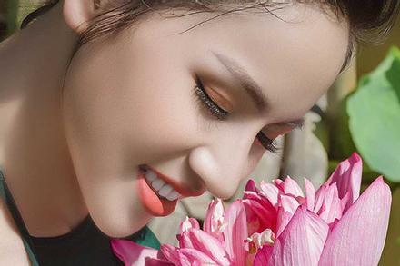 Diễn viên Phạm Hương – gái một con quyến rũ bên sen cuối mùa