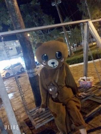 """Cô gái mặc áo gấu """"nhịn nhục"""" ăn hết 10 cây kẹo để khách trả tiền"""