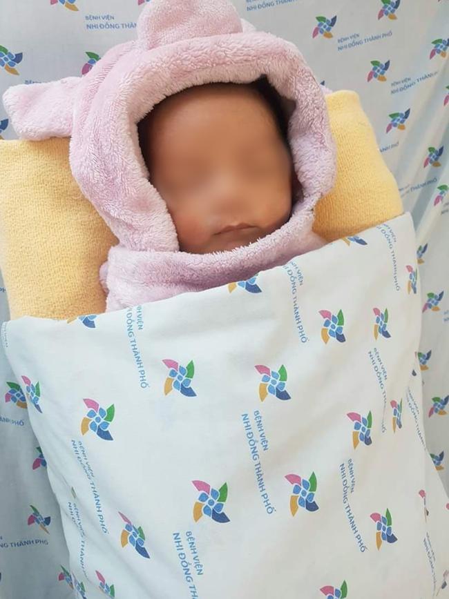 TP.HCM: Bé trai sơ sinh bị bỏ rơi ở hố ga ven đường, bị kiến cắn hoại tử dây rốn đã được đưa vào viện mồ côi-3